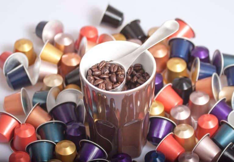 Caffè in grani circondato da capsule