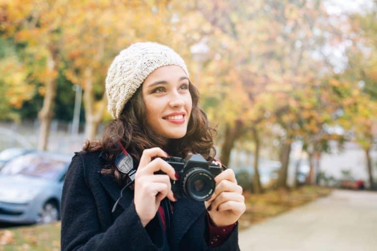 Donna con macchina fotografica in mano