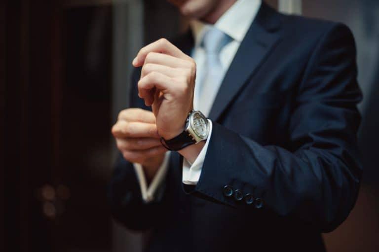 Uomo che si sistema l'orologio