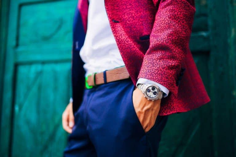 Uomo con orologio al polso e le mani in tasca