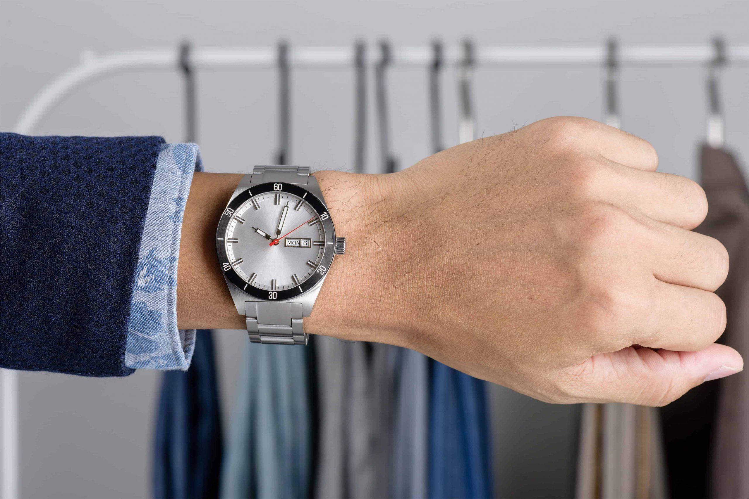 Orologio al polso di un uomo