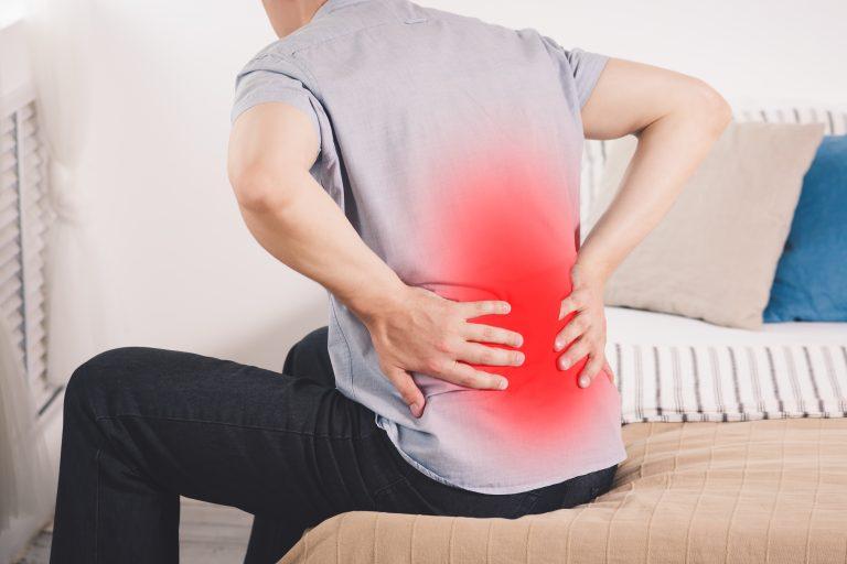 Uomo con dolore alla schiena