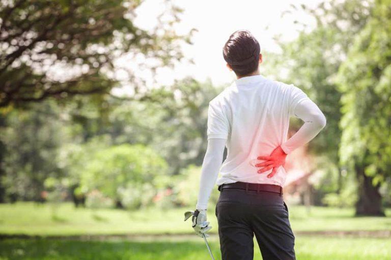 Golfista con male alla schiena