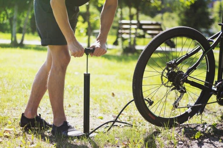 Uomo che usa la pompa per biciclette