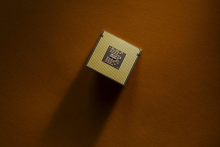 Un processore su un tavolo
