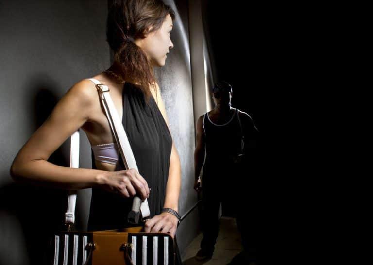 Donna che estrae lo spray al peperoncino dalla borsa