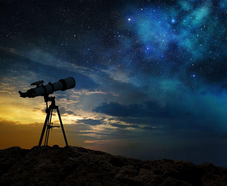 Telescopio posizionato per vedere il cielo