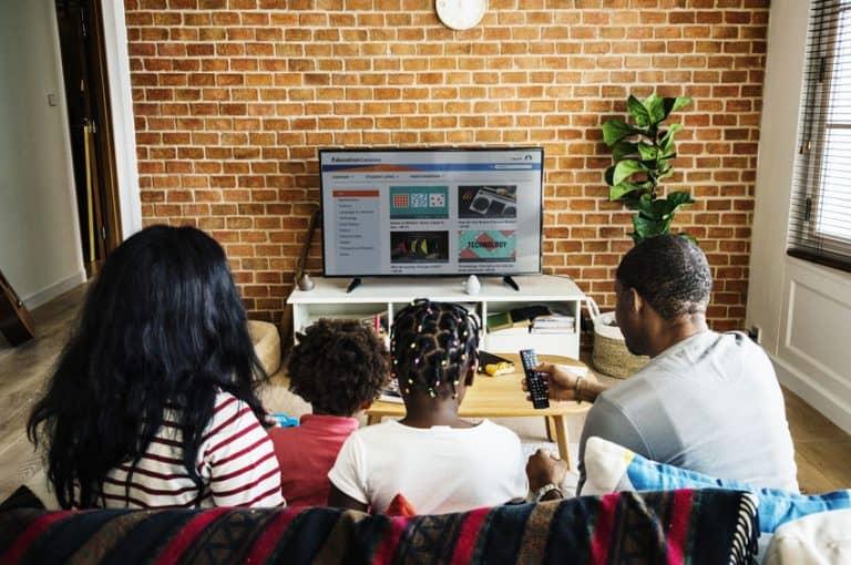 Famiglia davanti al televisore