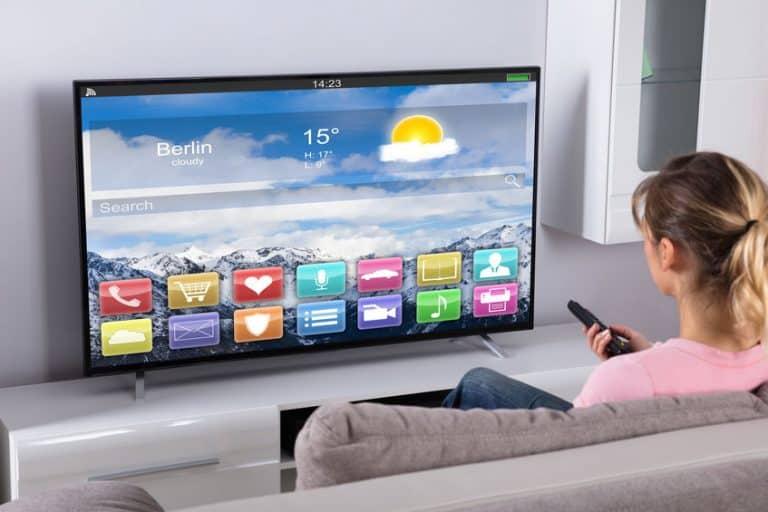 Donna davanti alla televisione