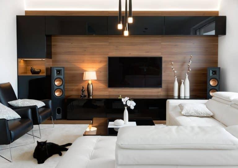Soggiorno moderno con televisore alla parete