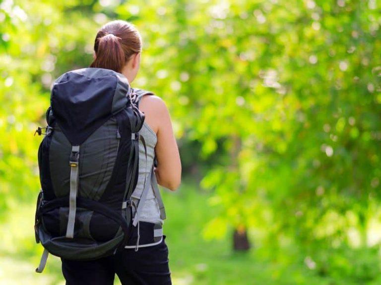 Donna con zaino da montagna sulle spalle