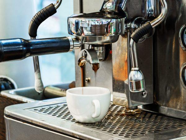 Una macchina da caffè professionale in primo piano