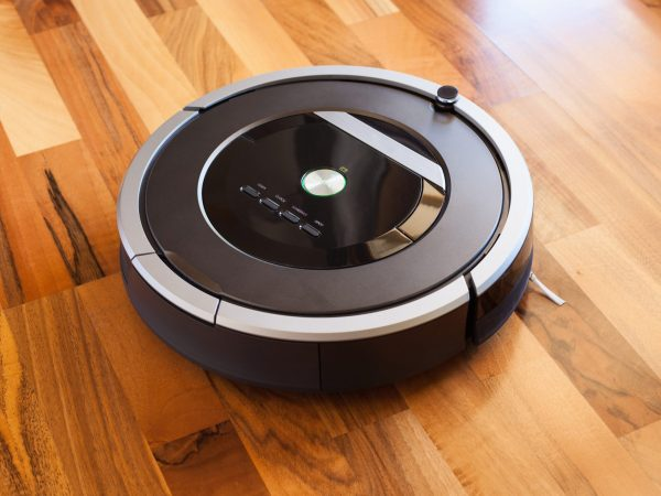 Un robot aspirapolvere nero