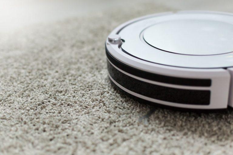 Un robot aspirapolvere su un tappeto