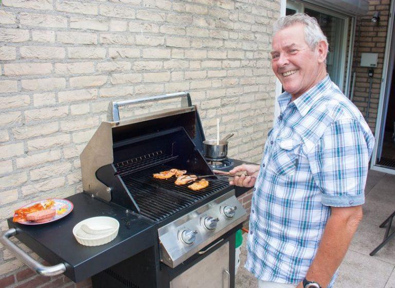Uomo che usa il barbecue