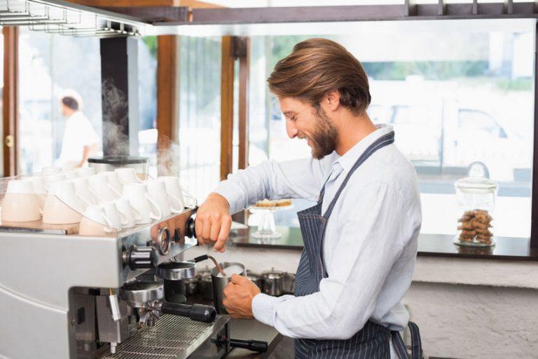 Barista che prepara il latte