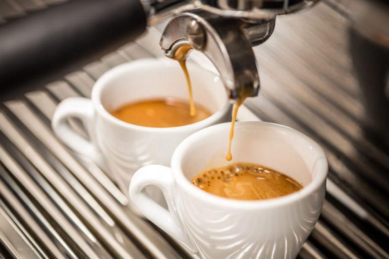 Due tazzine di caffè pronte