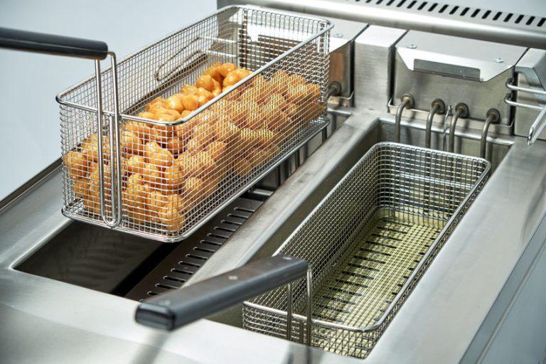 Patate fritte nella friggitrice professionale