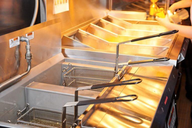 Una cucina con friggitrici professionali