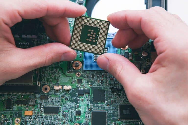Tecnico osservando un processore
