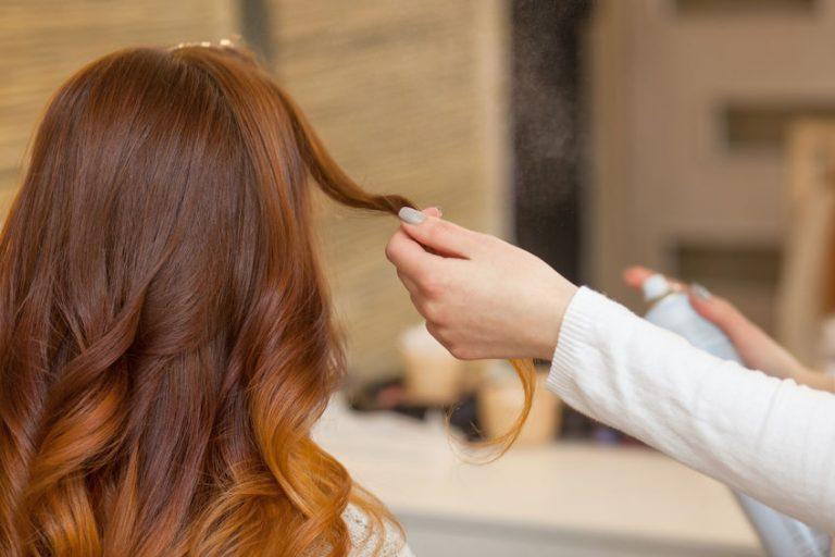Donna a cui viene applicato un termoprotettore per capelli