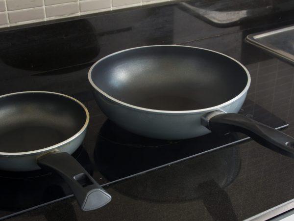 Due padelle su una cucina a induzione