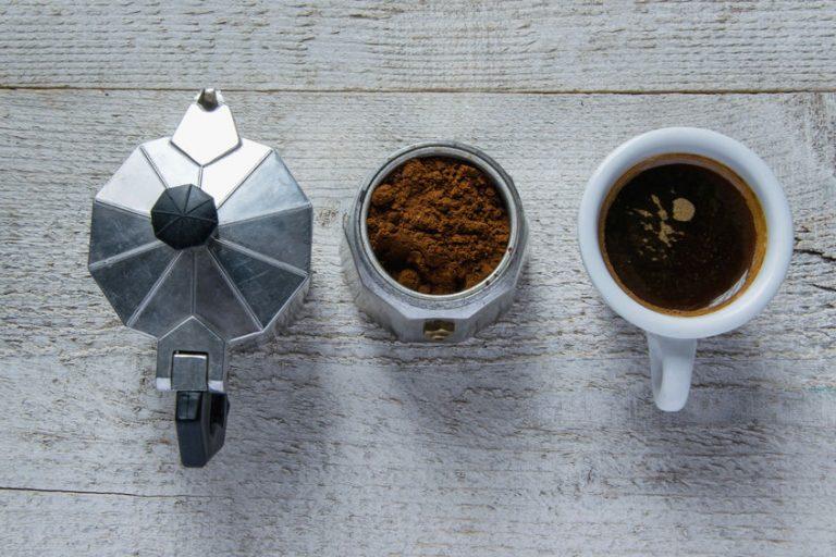 Moka con tazzina di caffè