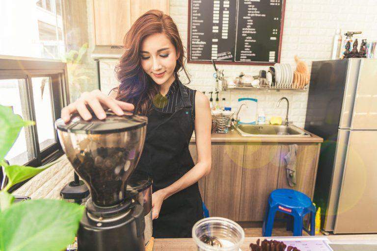 Donna che si prepara il caffè