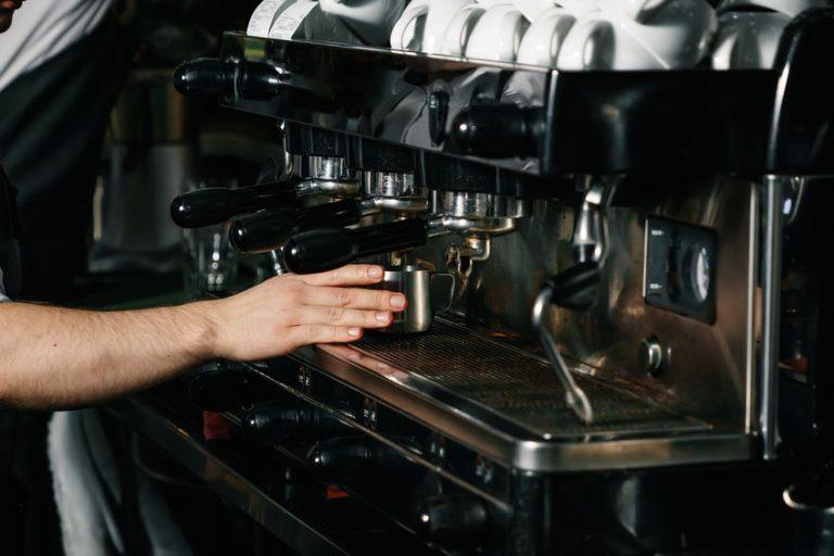 Una macchina da caffè professionale da tre