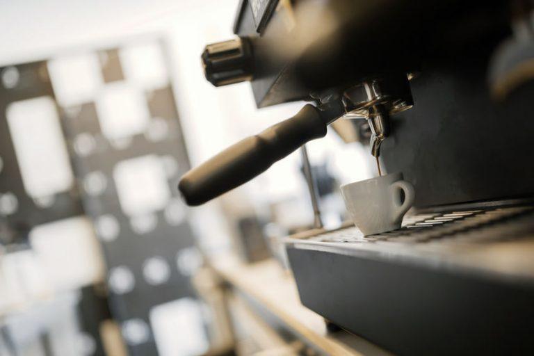 Macchina da caffè professionale in funzione