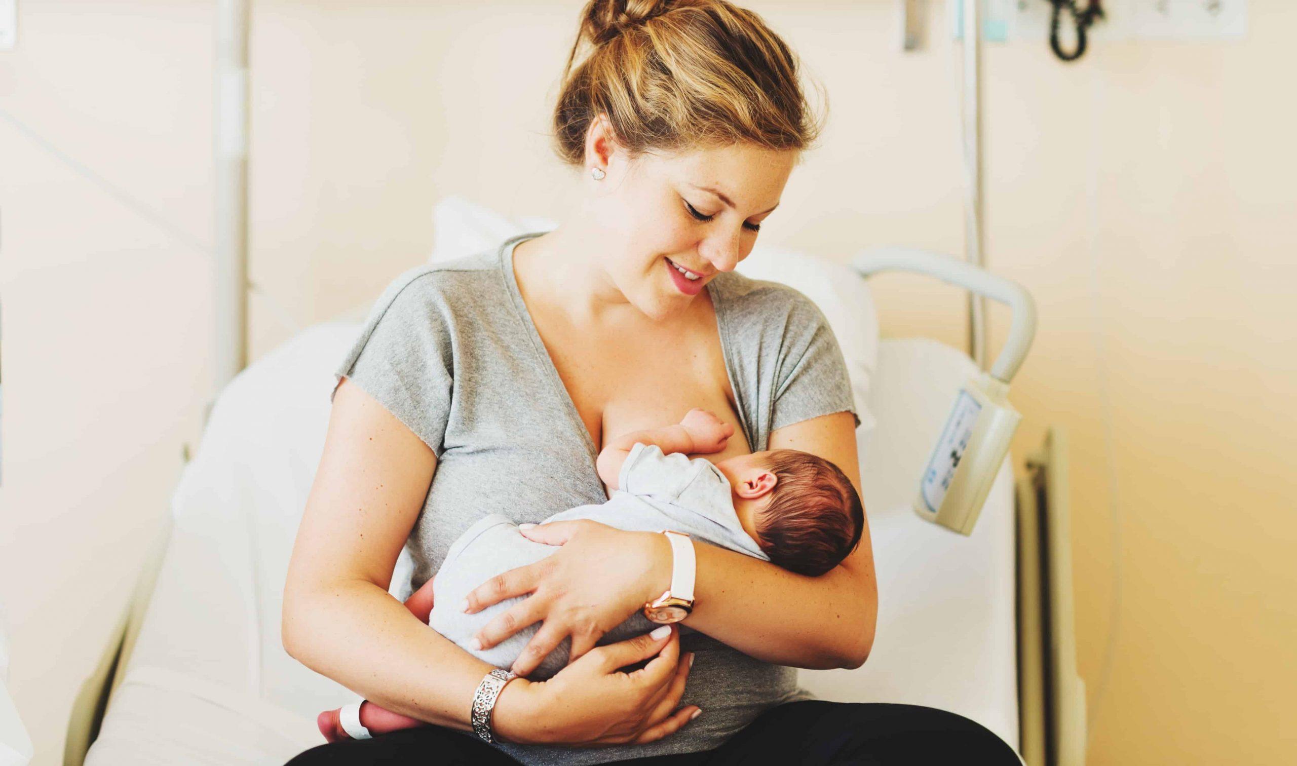 Donna che allatta al seno