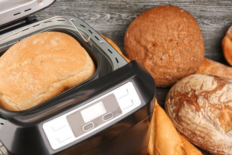 Pane dentro e fuori da una macchina del pane