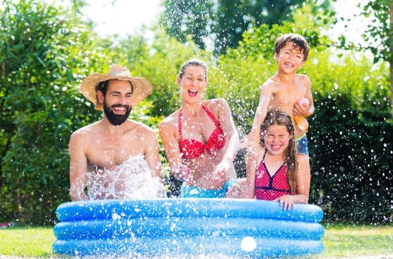 Famiglia dentro una piscina in giardino