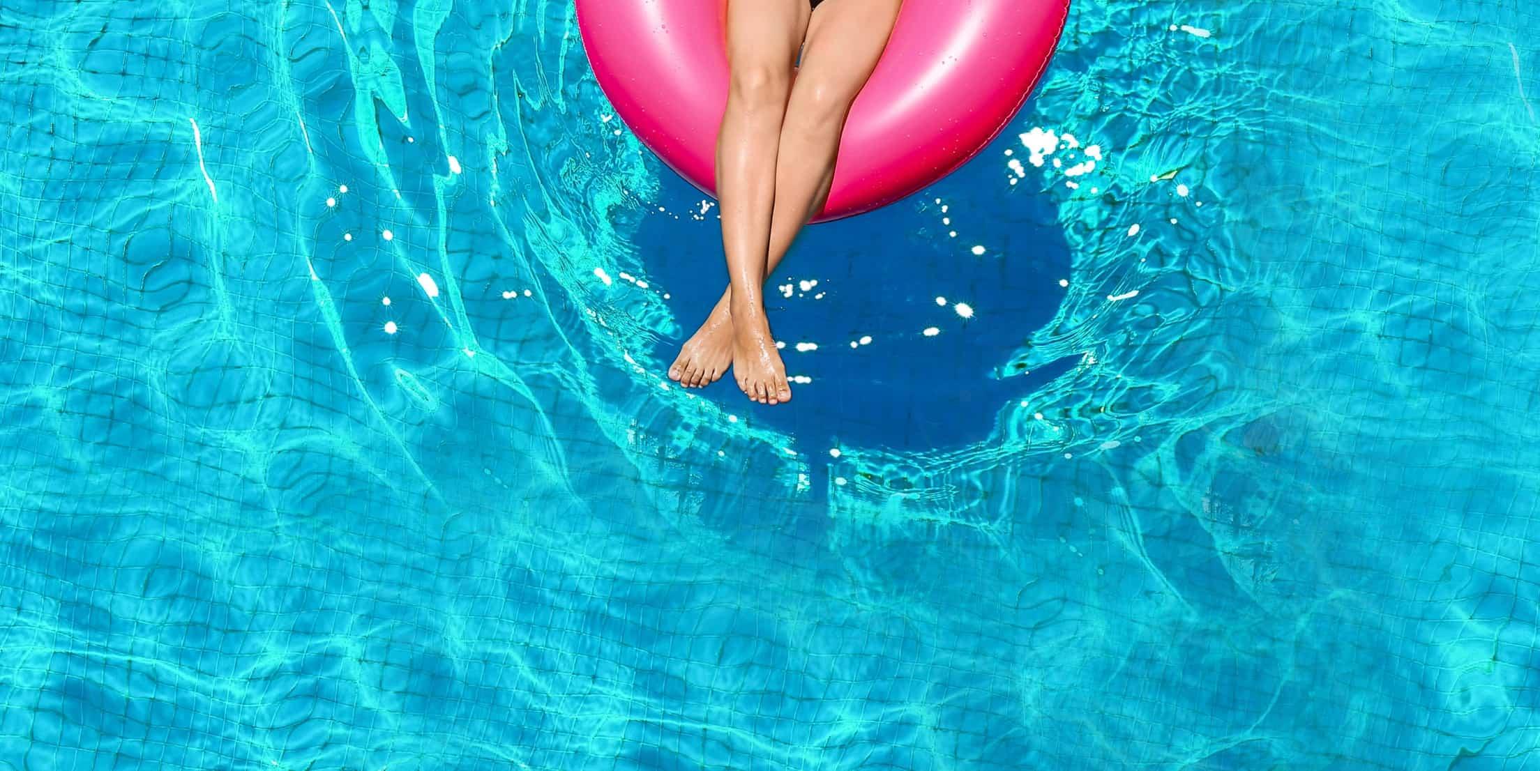 Donna in piscina su un materassino