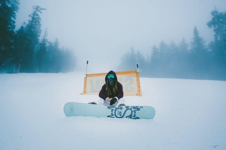 Tavola da snowboard sulla neve