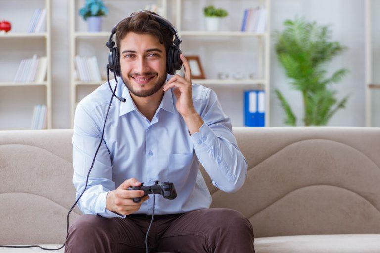 Ragazzo che gioca alla PS4 con le cuffie