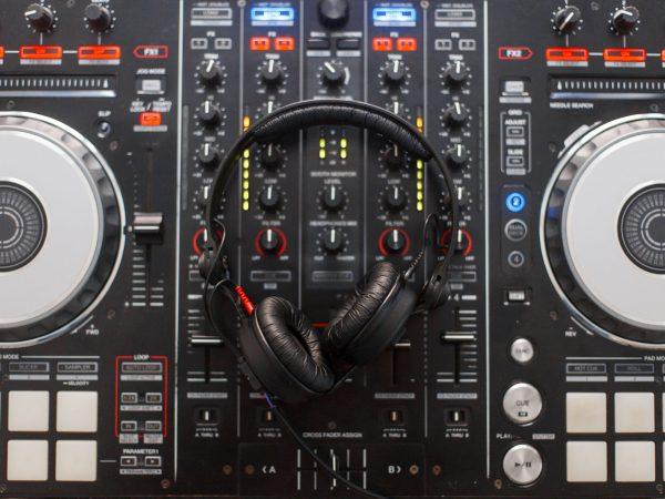 Una console DJ vista dall'alto