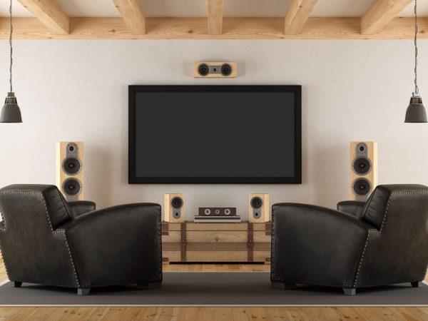 Una sala con un televisore