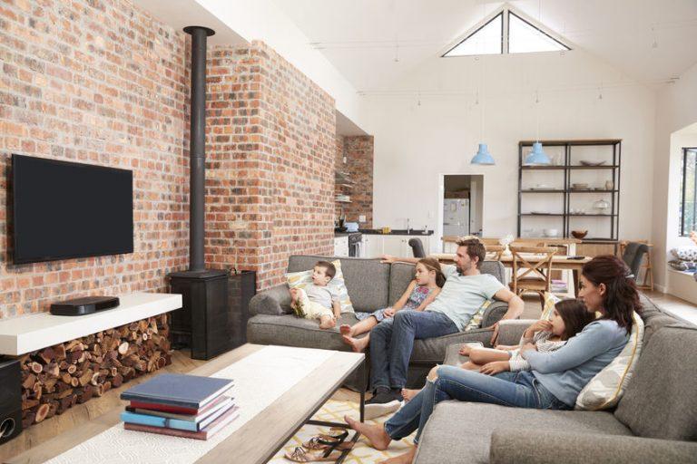 Famiglia sul divano a vedere la TV