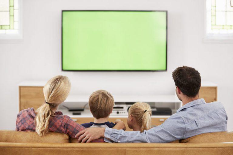 Genitori e figli davanti alla TV