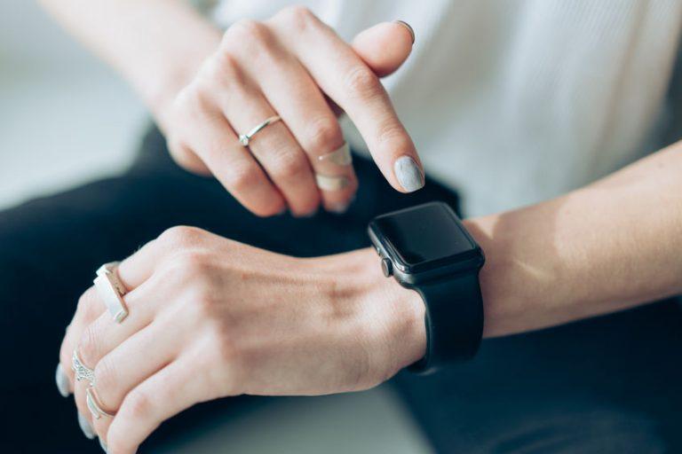 Donna che usa lo smartwatch