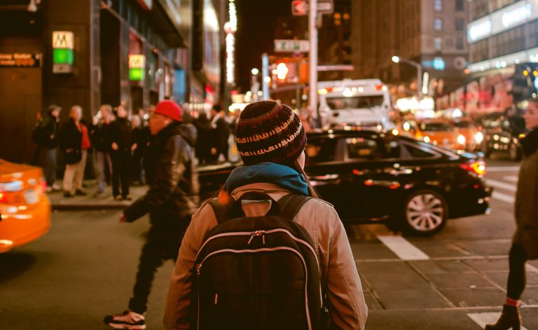 Persona con lo zaino mentre cammina per strada
