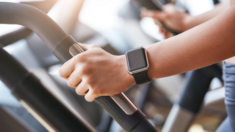 Sportiva in palestra con smartwatch al polso