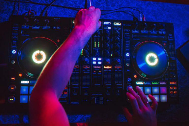 DJ con console