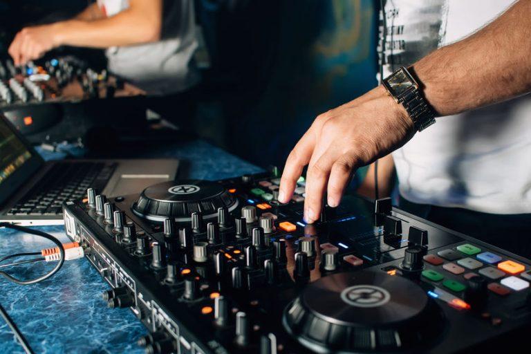 Due DJ con due console