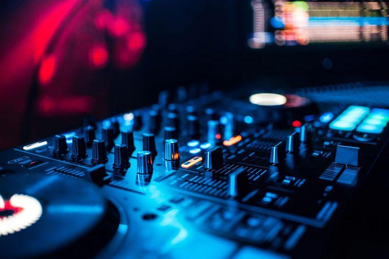 Primo piano su una console DJ