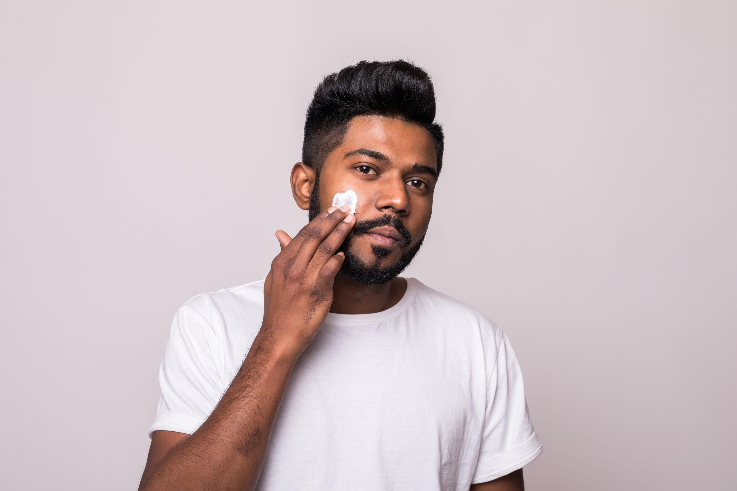Uomo con schiuma da barba sul viso