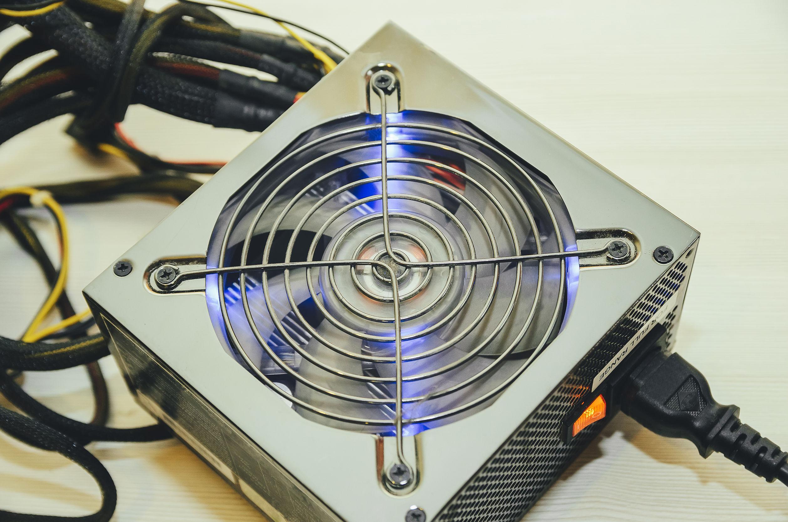 Un alimentatore PC grigio