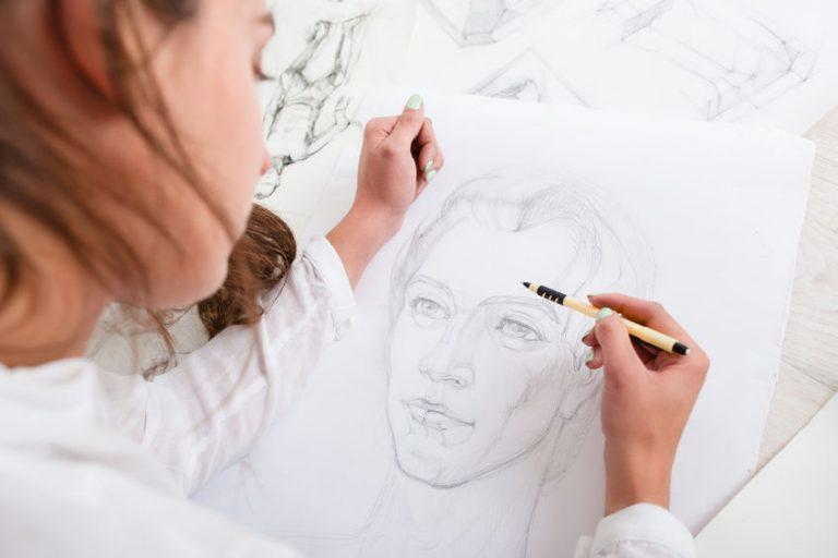 Donna che disegna