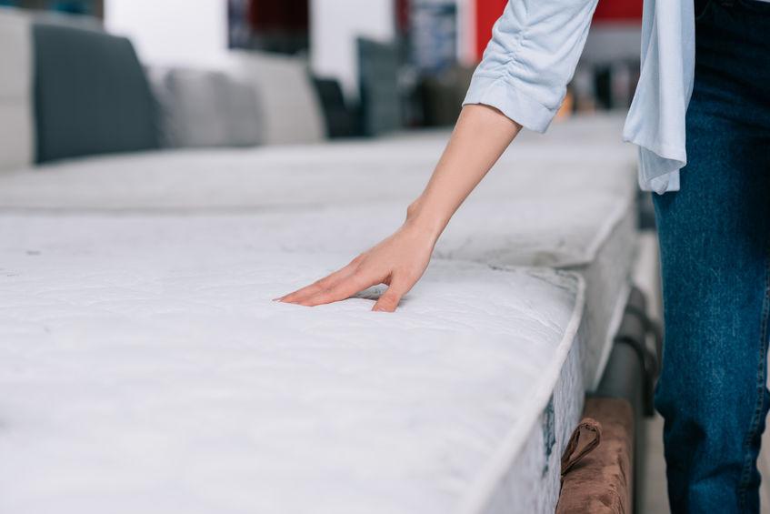 Persona che tocca un materasso